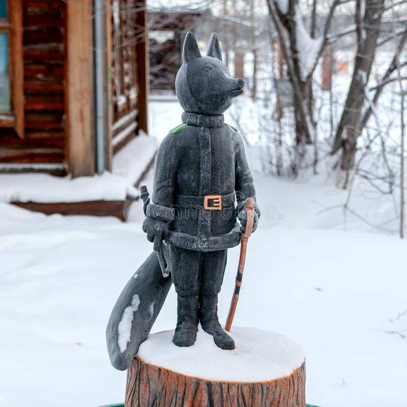 Fox jest symbolem Surgut Rzeźba Fox w wizerunku kozaczek z batem i saber obrazy royalty free