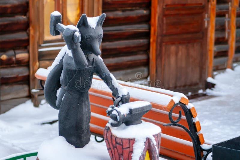 Fox jest symbolem Surgut Rzeźbi Fox z młotem w jego ręce fotografia stock