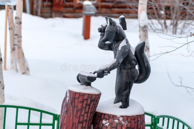 Fox jest symbolem Surgut Rzeźbi Fox z młotem w jego ręce zdjęcia stock