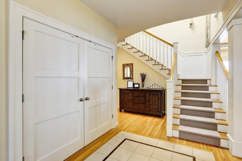 Foyer à la maison de bord du lac avec l'escalier photographie stock libre de droits