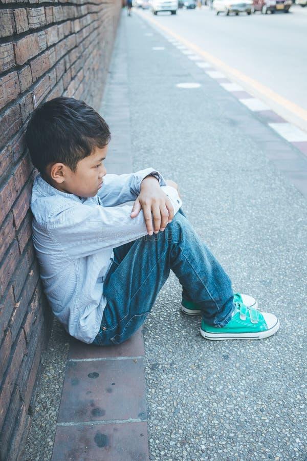 Foyer asiatique effrayé et seul, jeune d'enfant qui est à haut risque de l'intimidation, trafiqué et maltraité, sélectif photo stock