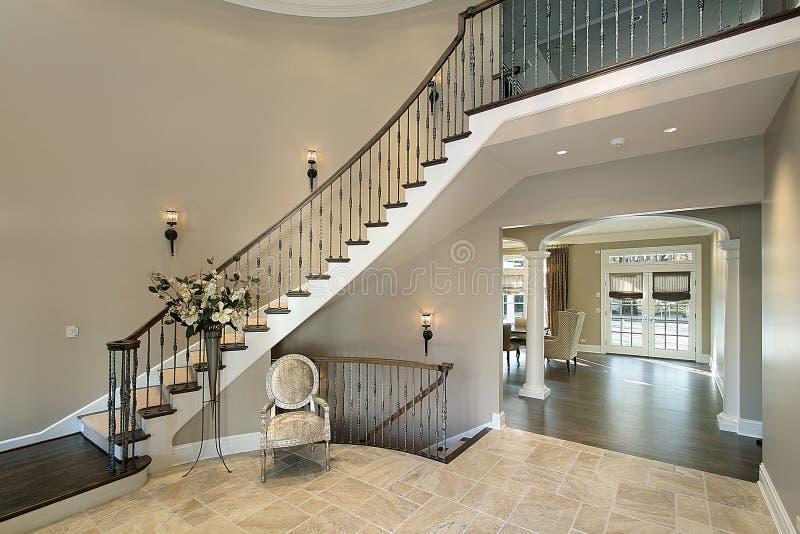 Foyer avec l'escalier incurvé image stock
