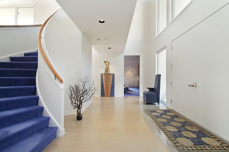 Foyer avec l'escalier spiralé images stock