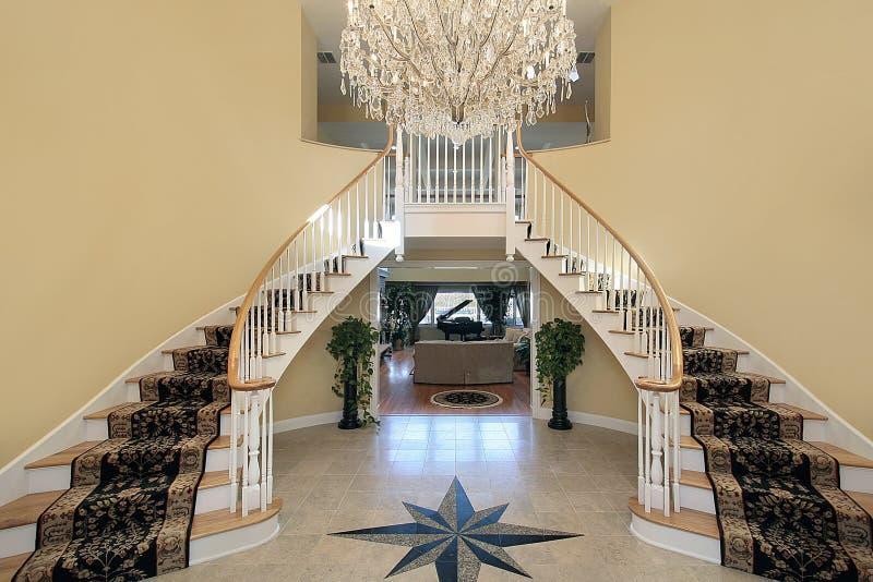 Foyer avec la conception d'étage images stock