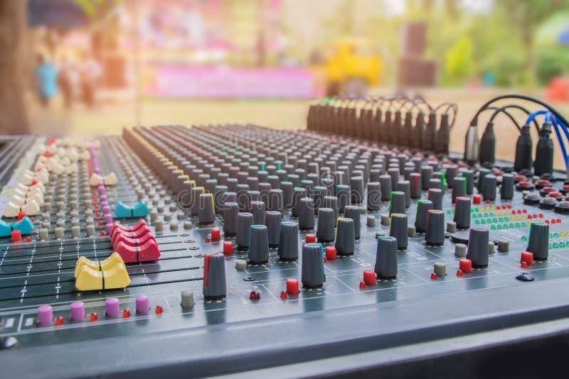 Foyer brouillé et mou de doux les contrôles de la console de mélange saine, du bruit de mélangeur avec la lumière de faisceau, de photos stock