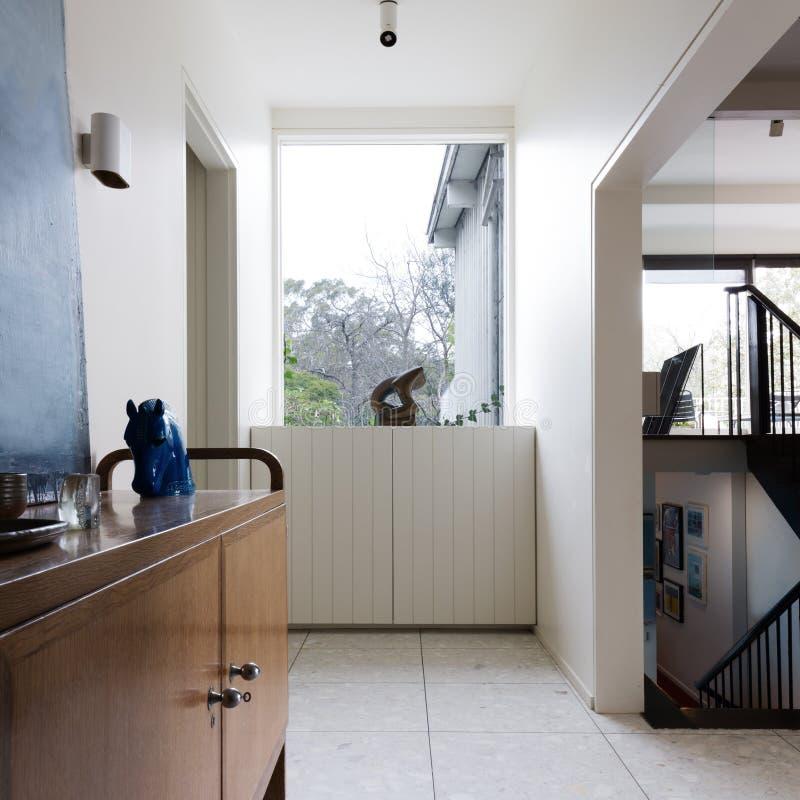 Foyer d'entrée dans l'intérieur à la maison moderne de la moitié du siècle photos stock