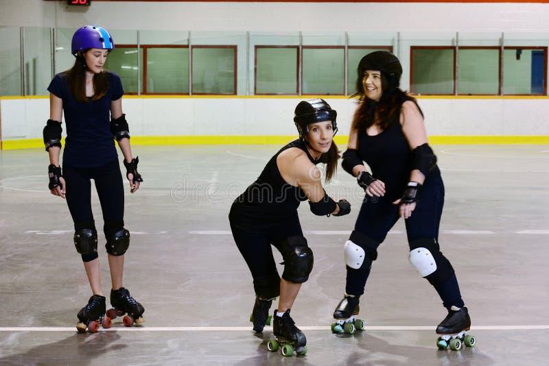 Foyer de filles de Derby de rouleau sur le patineur central photo libre de droits