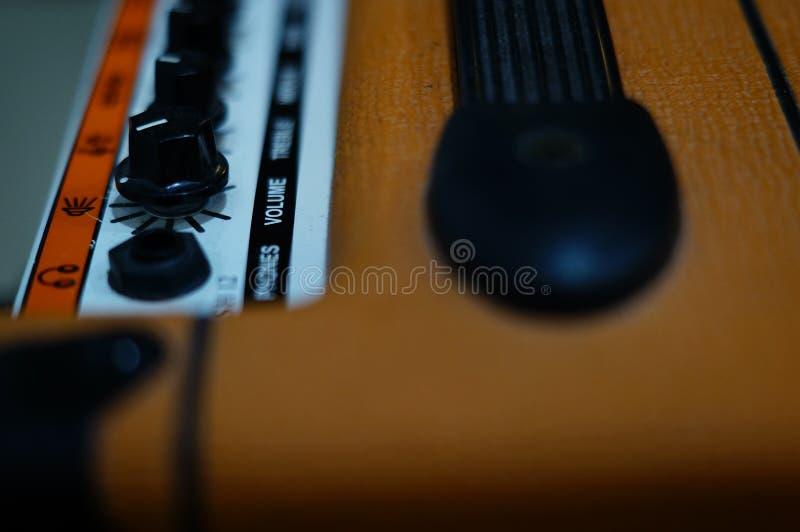 Foyer de haut-parleur de guitare sur le volume de mot photographie stock libre de droits