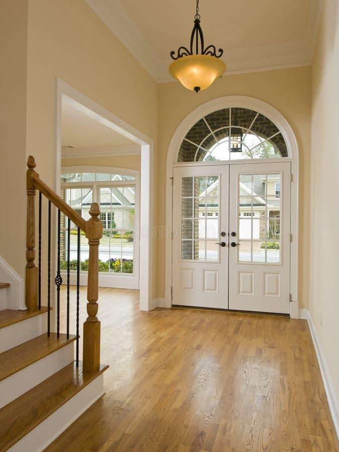 Grand Foyer Et Petit Foyer : Foyer et escalier à la maison de luxe image stock