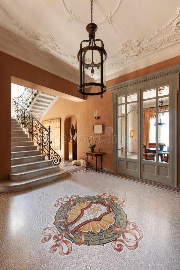 Foyer grand d'un manoir de luxe photographie stock libre de droits