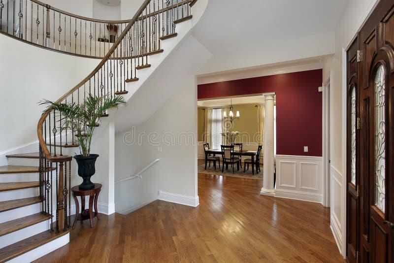 Foyer im Luxushaus mit gebogenem Treppenhaus stockbilder