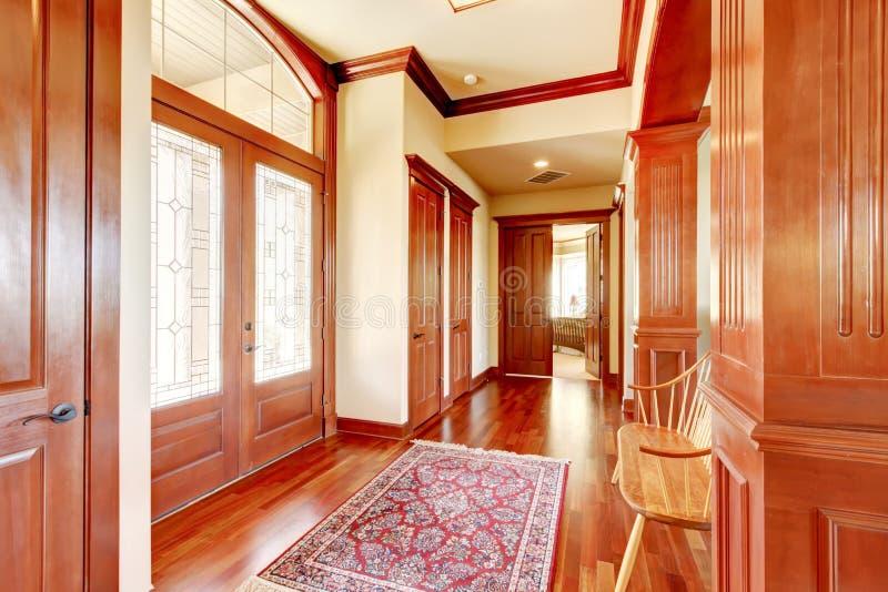Foyer lumineux dans la maison de luxe avec le plancher en bois dur image stock