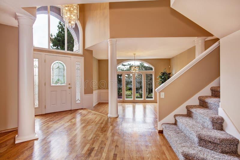 Foyer magnifique dans la maison de luxe images stock