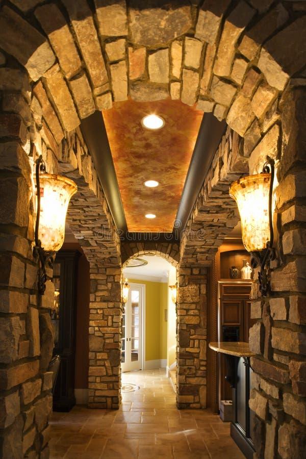 Foyer mit Steintorbogen im Haus. lizenzfreie stockfotografie