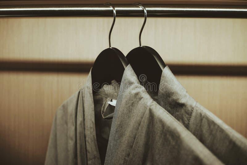 Foyer mou à la robe longue deux accrochant sur le support dans la garde-robe image stock