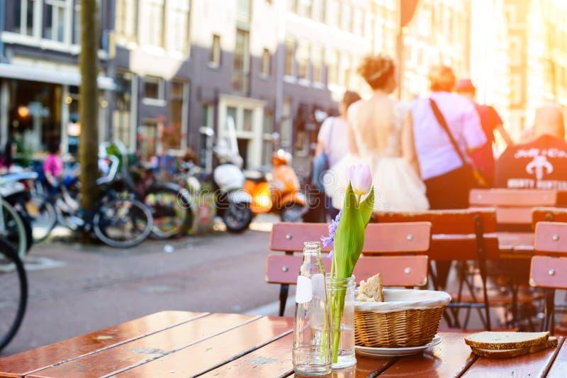 Foyer sélectif sur la fleur blanche de tulipe de ressort sur la table dans un s photographie stock libre de droits