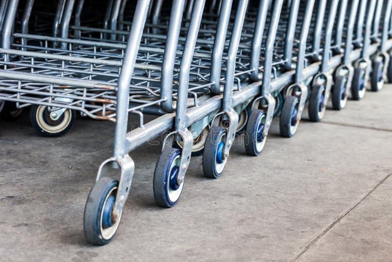 Foyer sélectif sur la rangée des caddies à l'entrée de supermarché images libres de droits