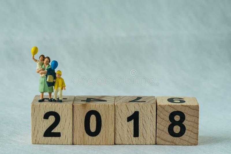 foyer sélectif sur le bloc en bois 2018 avec le chiffre miniature mothe images libres de droits
