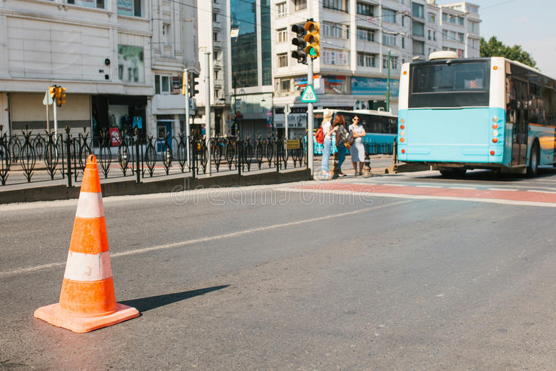 Foyer sélectif sur le cône de route sur la route Signe de route Courses sur route sur les rues d'Istanbul en Turquie trouble image libre de droits