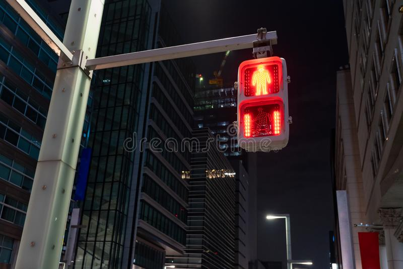 Foyer sur la lumière rouge du trafic pour les personnes, piétonnier sélectif et humain pour s'arrêter et attendre et le point rou image stock