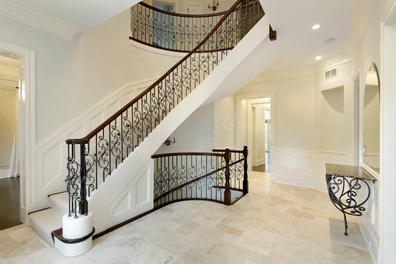 Foyer z dokonanego żelaza schody poręczem obrazy stock