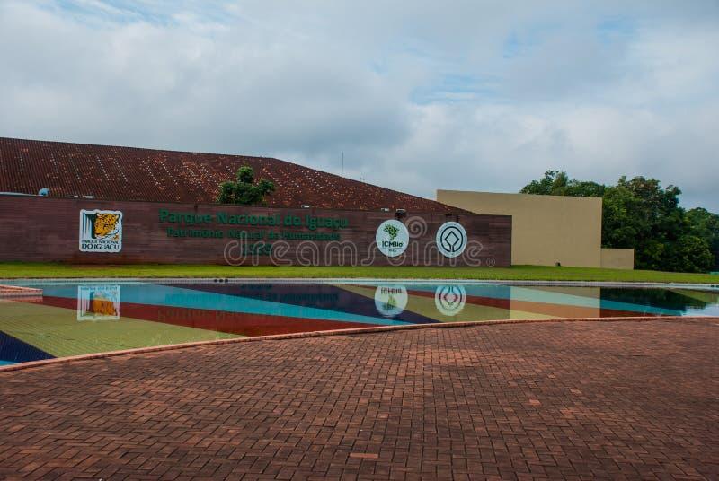 FOZ ДЕЛАЕТ IGUACU, БРАЗИЛИЮ: Знаки на входе падений Iguacu, национальном парке Добро пожаловать вход стены Самая большая система  стоковые фотографии rf
