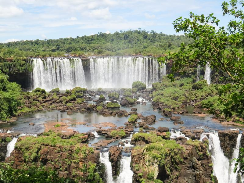 Foz gör Iguaçu, Brasilien, den partiska sikten av nedgångarna av de Iguassu nedgångarna, i mitt av skogen fotografering för bildbyråer