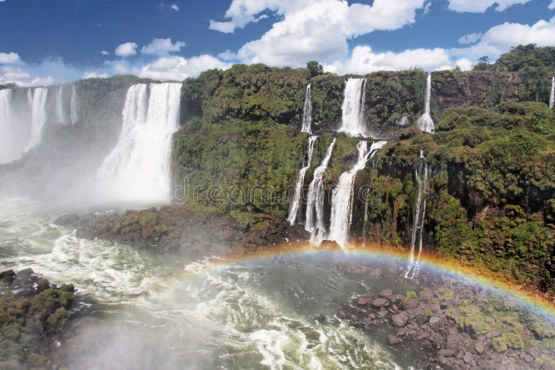 Foz hace el arco iris de las caídas de Iguacu fotos de archivo