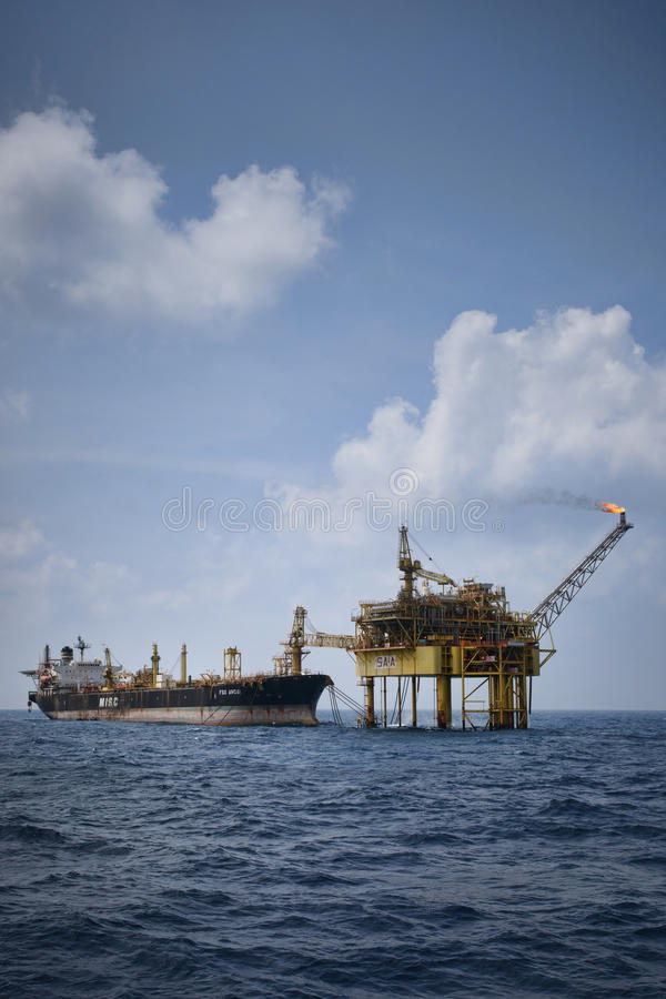 Free FPSO Attach To Oil Platform In Open Sea Royalty Free Stock Image - 41589706