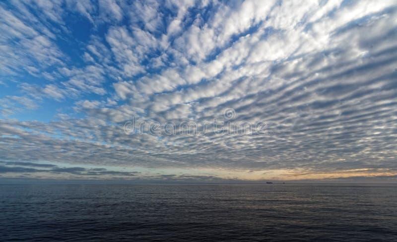 FPSO debajo de un cielo de caballa en el Mar del Norte foto de archivo
