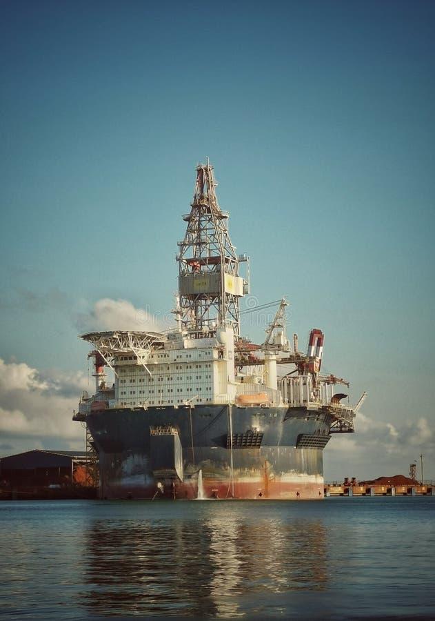 FPSO redondo que atraca en el puerto con el cielo azul fotos de archivo libres de regalías