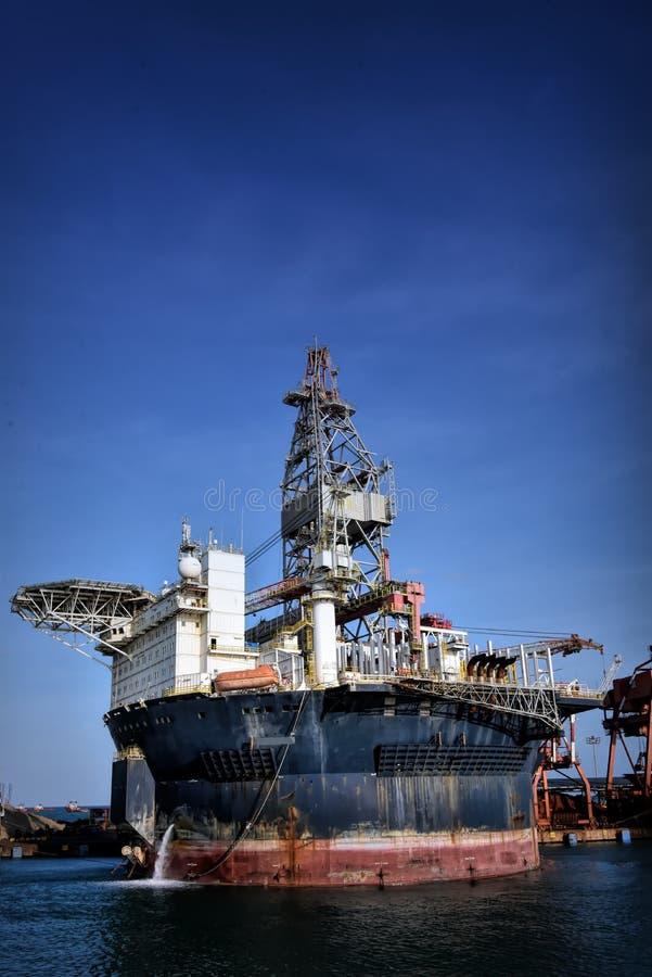 FPSO redondo que atraca en el puerto con el cielo azul imagen de archivo libre de regalías