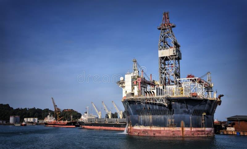 FPSO redondo que atraca en el puerto con el cielo azul foto de archivo libre de regalías