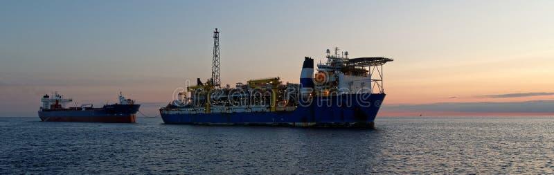 FPSO y petrolero de la lanzadera en el Mar del Norte imágenes de archivo libres de regalías