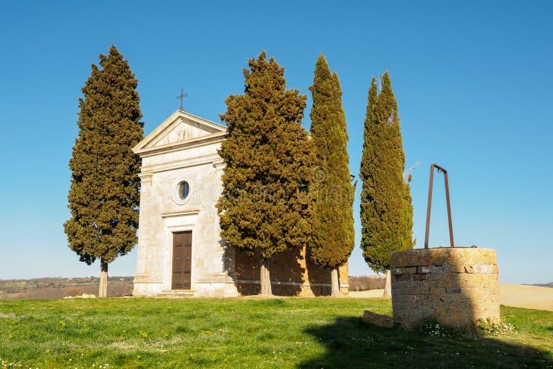 Främre sikt av den Cappella kapelldellaen Madonna di Vitaleta i Val D 'Orcia Italien 2017 fotografering för bildbyråer