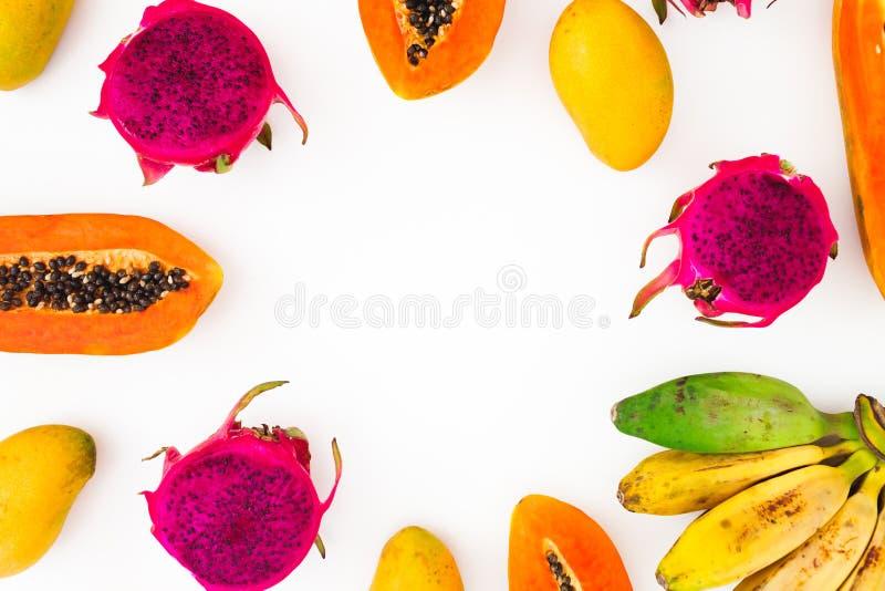 Früchte gestalten mit Bananen-, Papaya-, Mango- und Drachefrüchten auf weißem Hintergrund Flache Lage Beschneidungspfad eingeschl lizenzfreies stockfoto