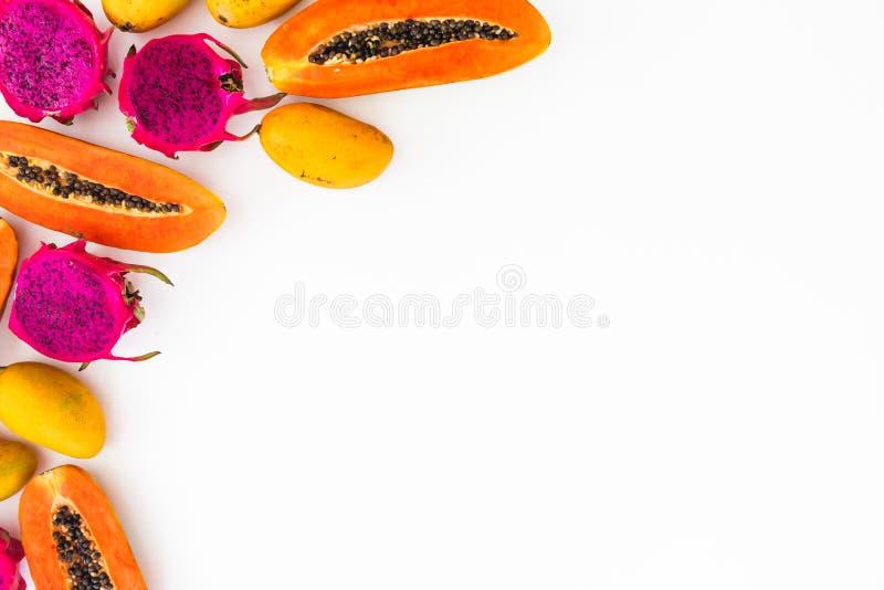 Früchte gestalten mit Papaya-, Mango- und Drachefrüchten auf weißem Hintergrund Flache Lage Beschneidungspfad eingeschlossen Konz stockfoto