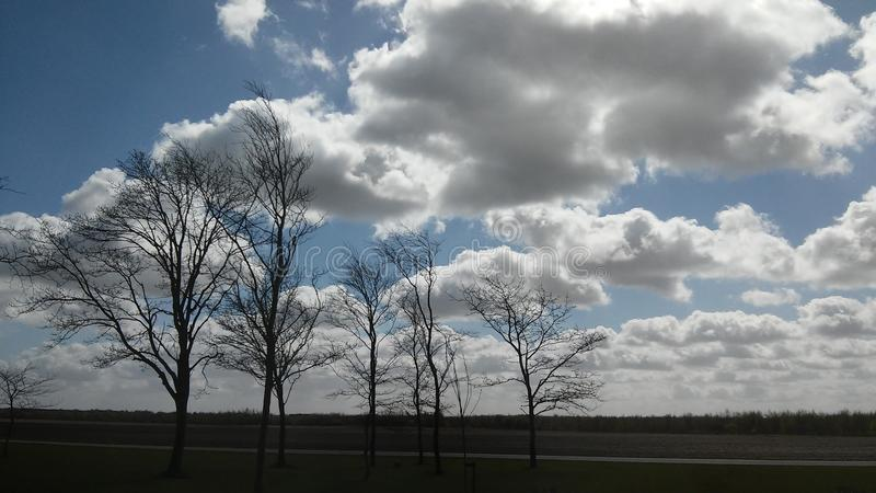 FrÃ-¼ hlingswolken lizenzfreie stockfotografie