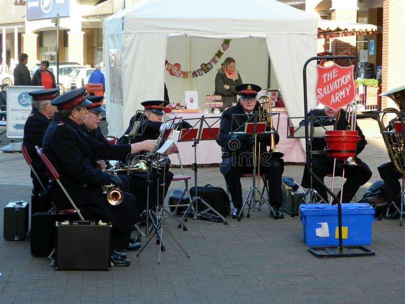 Frälsningsarménmusikband som spelar i Staines i Middlesex royaltyfri foto