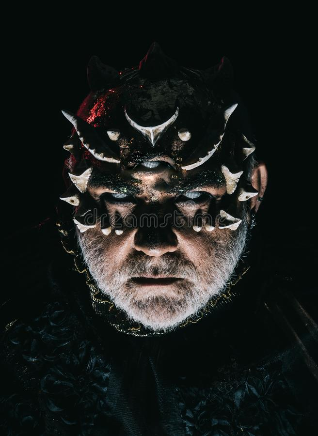 Främling demon, trollkarlmakeup Man med det tredje ögat, taggar eller vårtor Demon på svart bakgrund, slut upp Hög man med arkivfoto