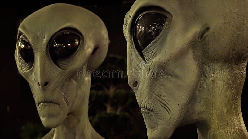 Främlingar på det internationella ufomuseet och forskningscentret i R arkivbilder