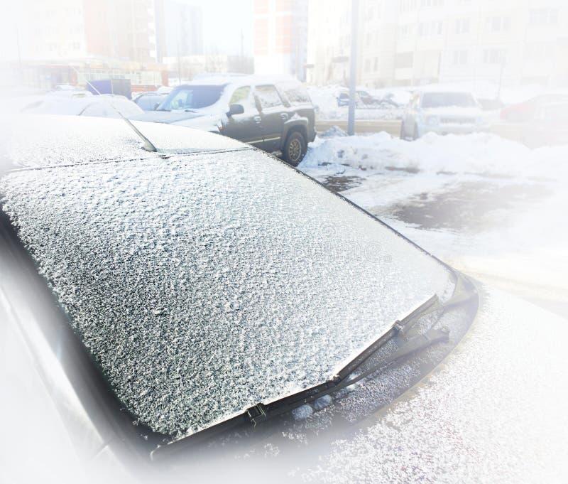 Främre bilexponeringsglas som täckas med djupfryst snöbakgrund arkivfoto