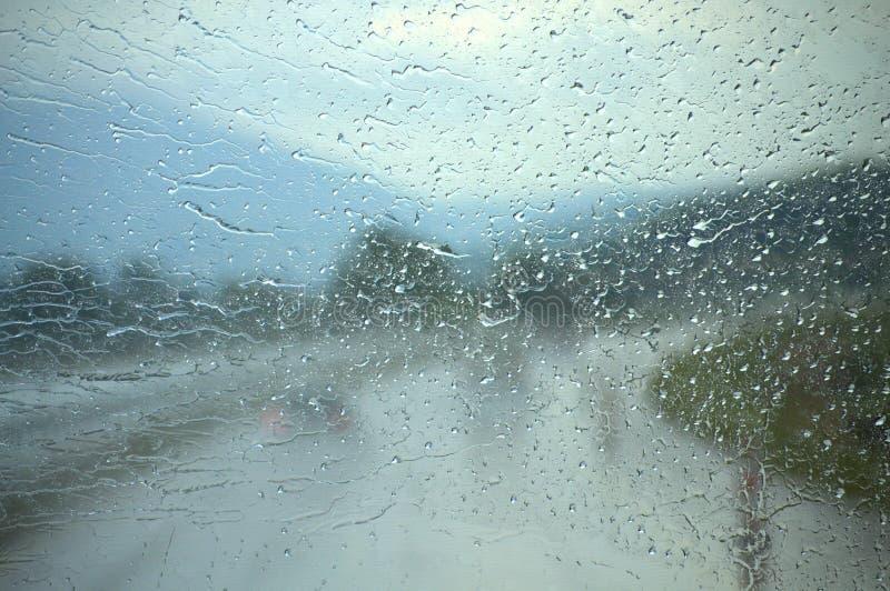 Främre fönster för regnbil arkivbild