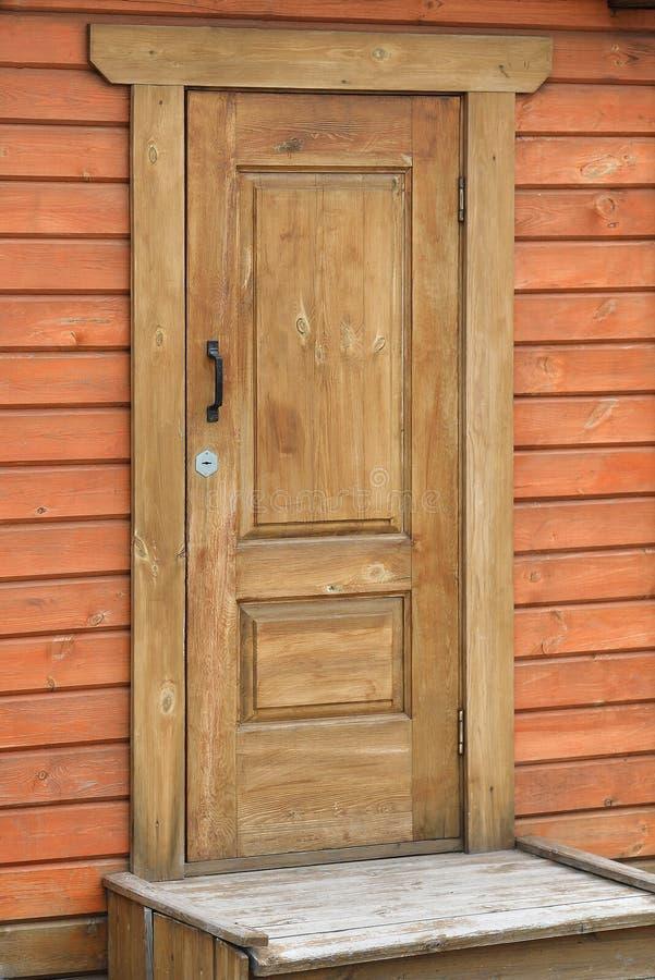 Främre farstubro, hus eller kabin för gammal brun doorof lantligt royaltyfria bilder