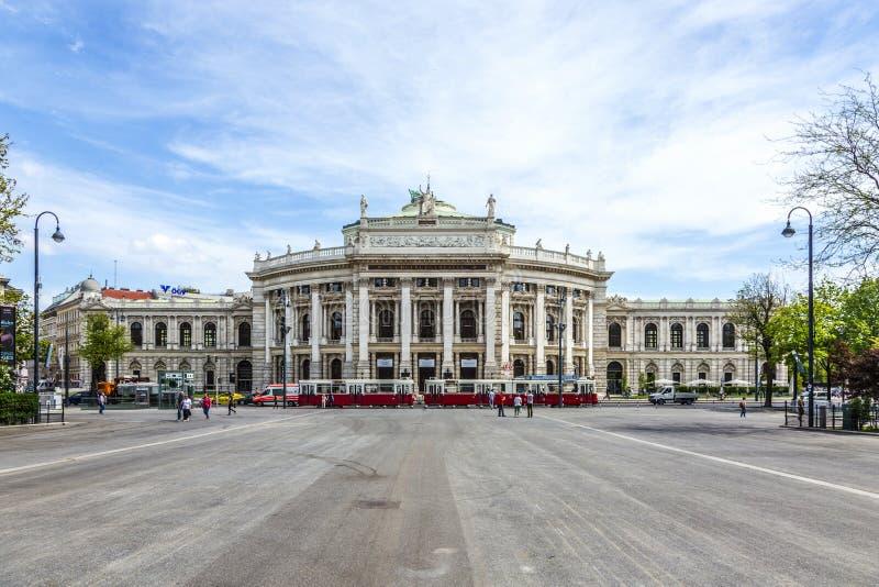Främre fasad av Burgtheater och folk på fyrkanten royaltyfri bild