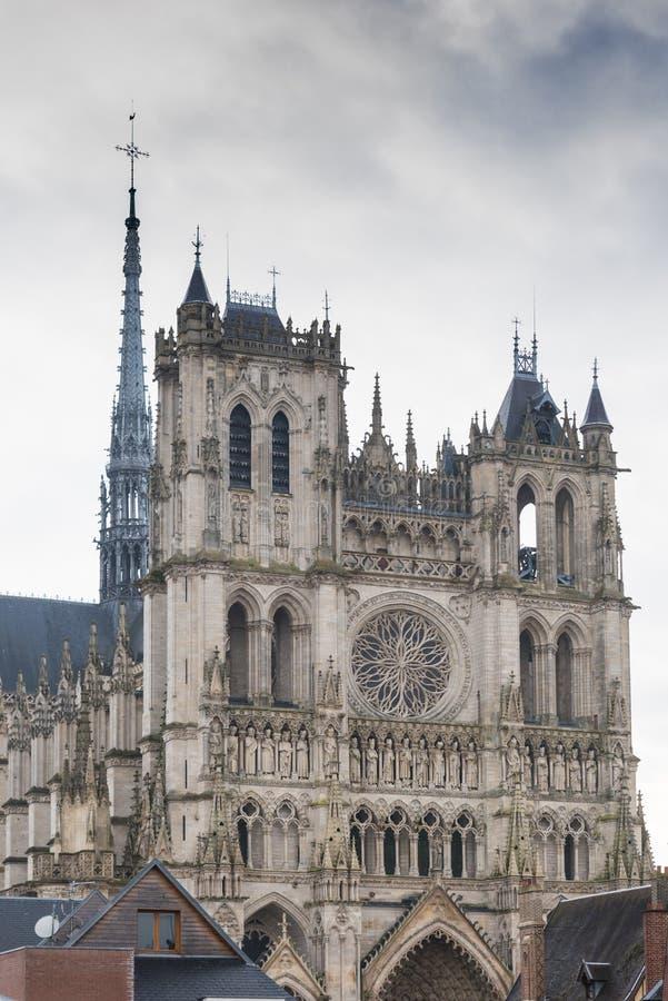 Främre fasad av den Amiens domkyrkan arkivfoton