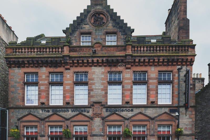 Främre fasad av skotsk whiskyerfarenheten på kunglig mil, touristic gata av den gamla stadEdinburgstaden i Skottland, UK royaltyfri fotografi