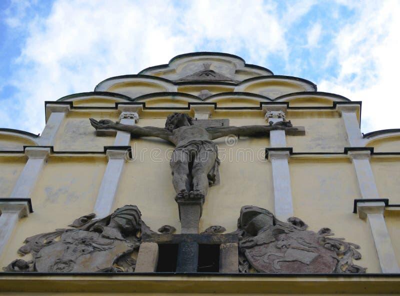 Främre framsida av historisk byggnad med den korsfäste Jesus Christ statyn fotografering för bildbyråer