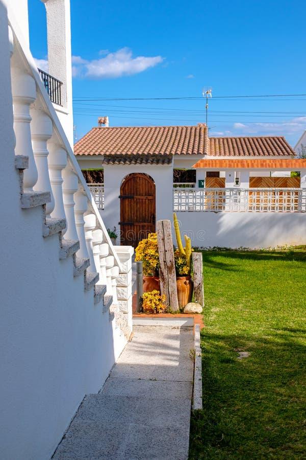 Främre gård av ett traditionellt spanskt hem royaltyfria bilder