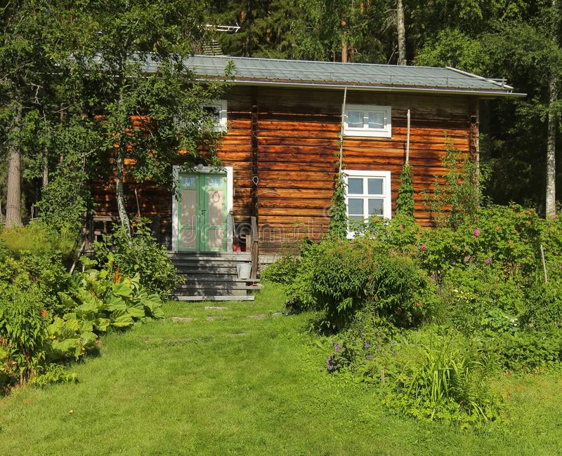 Främre gård och koja i kulturellt reservområde Gallejaur i Norrbotten, Sverige arkivfoton